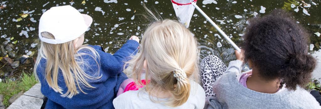 Børn ved en sø